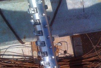 חורץ המאפשר לייצר חריצים בהיקף הקדח על ידי פתיחת זיזים פנימיים